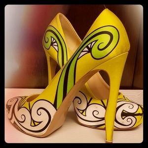 Neon-lemon saying printed pumps by Nicholas Kirkw
